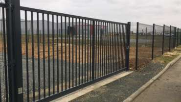 Pose d'un portail coulissant industriel et de clôture
