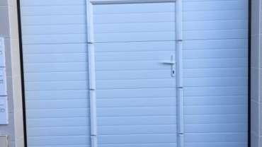 Pose d'une porte de garage sectionnelle motorisée avec portillon intégré