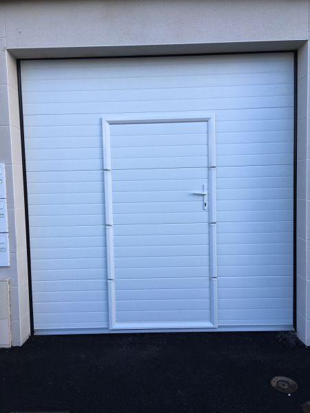 Pose d 39 une porte de garage sectionnelle motoris e avec portillon int gr aeg systems - Pose d une porte de garage sectionnelle motorisee ...