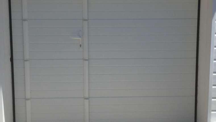 Installation d'une porte sectionnelle avec portillon intégré