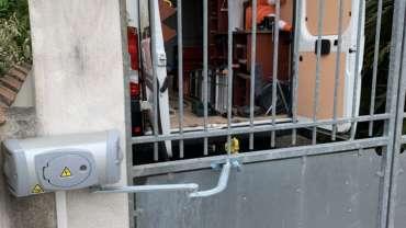 Installation motorisation à bras sur un portail existant. Motorisation à bras de grande envergure pour un portail avec prise au vent.