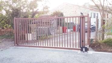 Installation d'un portail coulissant industriel motorisé et clôture pour une collectivité couleur: Rouille