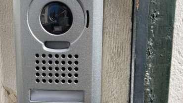 Installation d'un visiophone avec système de serrure électrique pour ouverture portillon