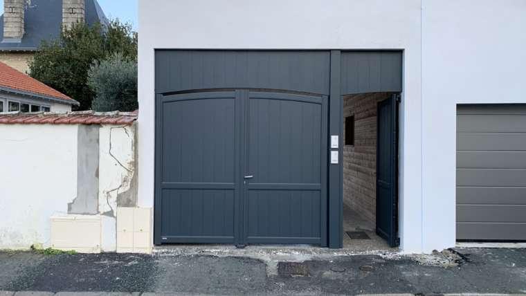 Installation d'un ensemble portail battant et portillon avec poteau de séparation et imposte. Pose interphone pour groupement locatif.