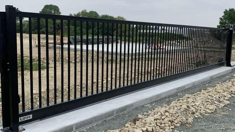 Installation d'un portail coulissant industriel motorisé longueur 10 Mètres en acier galvanisé thermolaqué